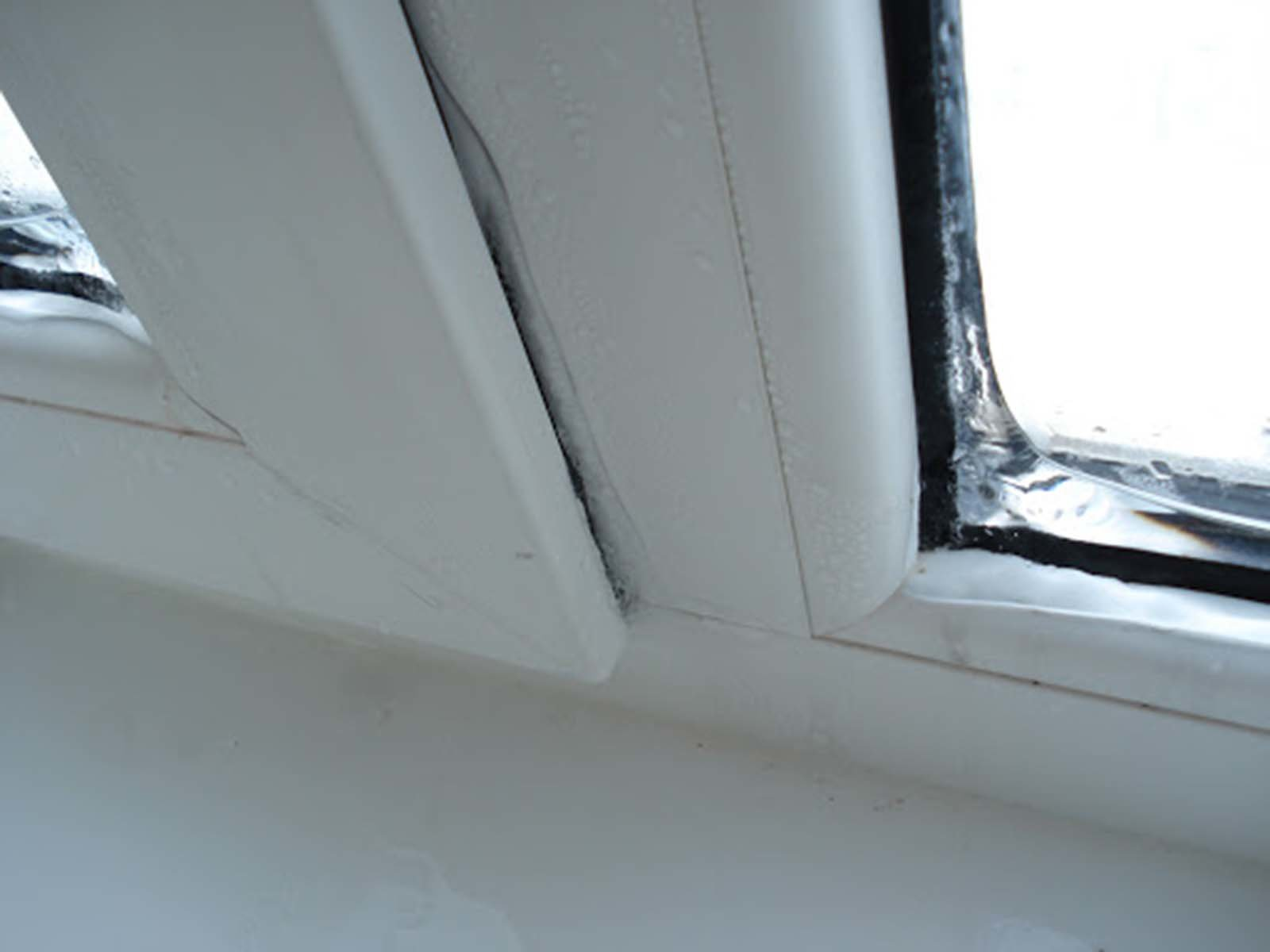 Трещина между рамой и стеклопакетов в ПВХ окне