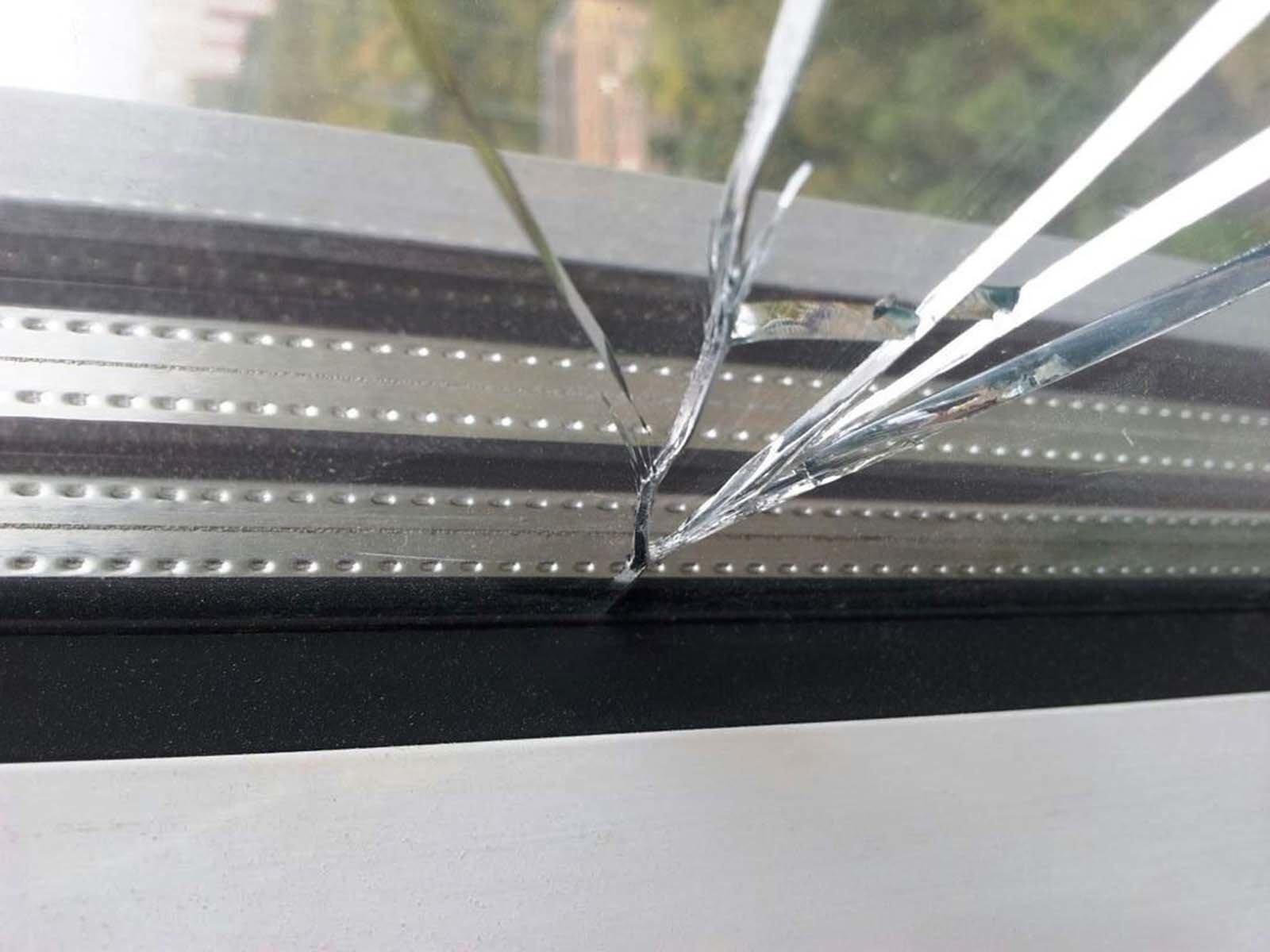 Треснутый стеклопакет ПВХ окна