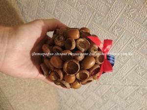 Делаем декоративный шарик из желудей своими руками