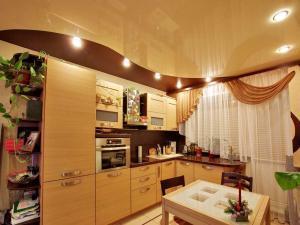 Чистый натяжной потолок в кухне
