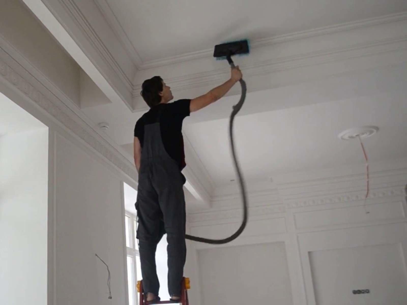 Очищаем натяжной потолок от загрязнений пылесосом