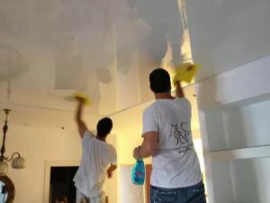 Убираем пятна на натяжном потолке своими руками