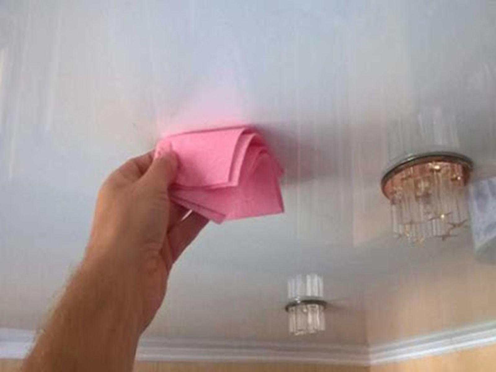 Простая эффективная очистка натяжного потолка сухой тряпкой