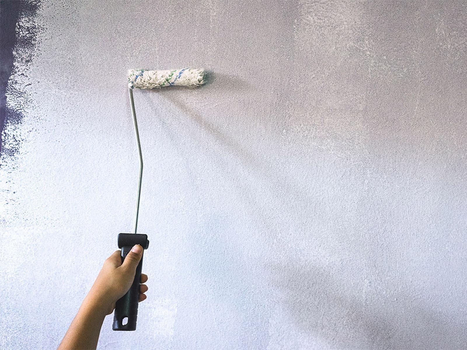 Грунтовка стены в комнате под нанесение жидких обоев