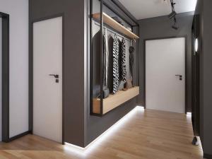 Маленькая светлая прихожая комната в квартире