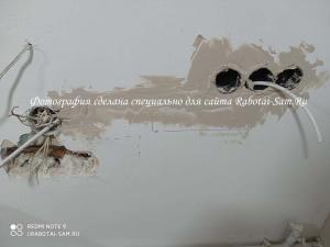Шпатлевкой выравниваем стену вокруг розетки