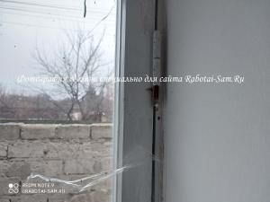Вытаскиваем железный палец петли окна