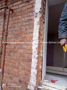 Демонтируем раму деревянного окна в доме