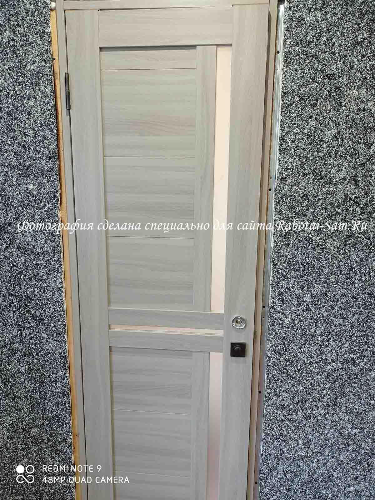 Дверь без наличников в зале частного дома