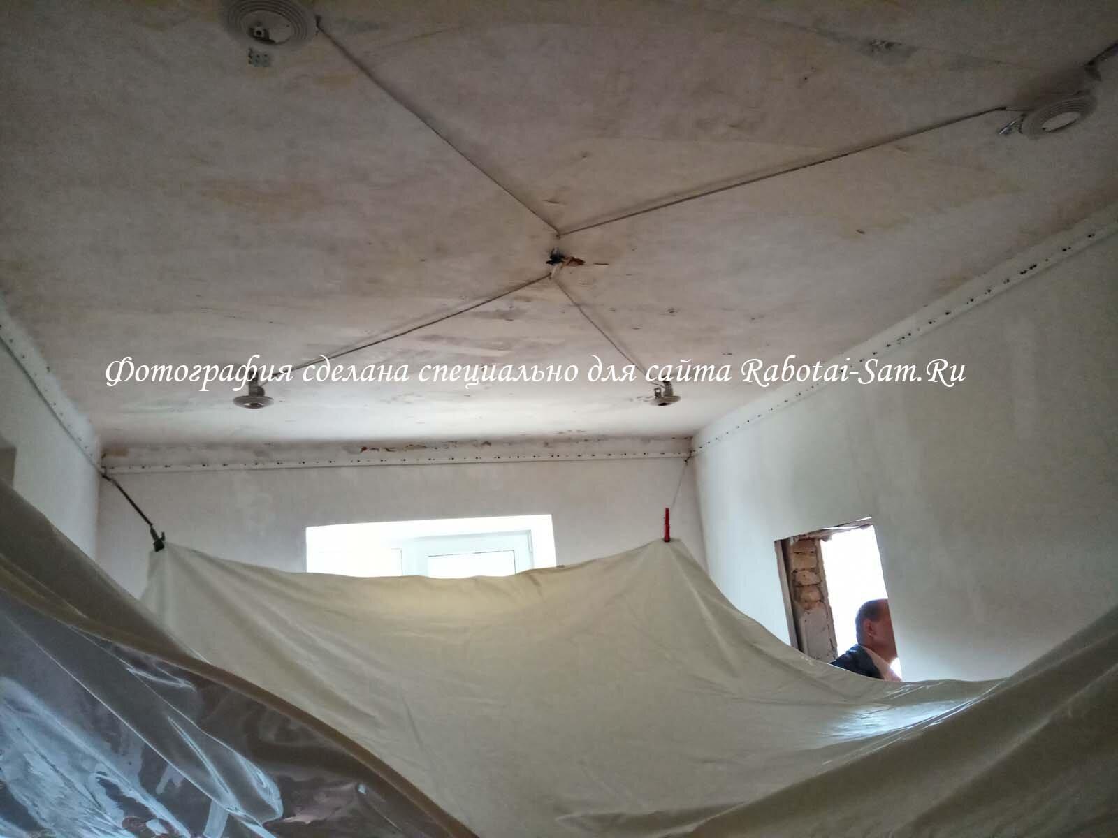 Установка натяжного потолка в зале частного дома
