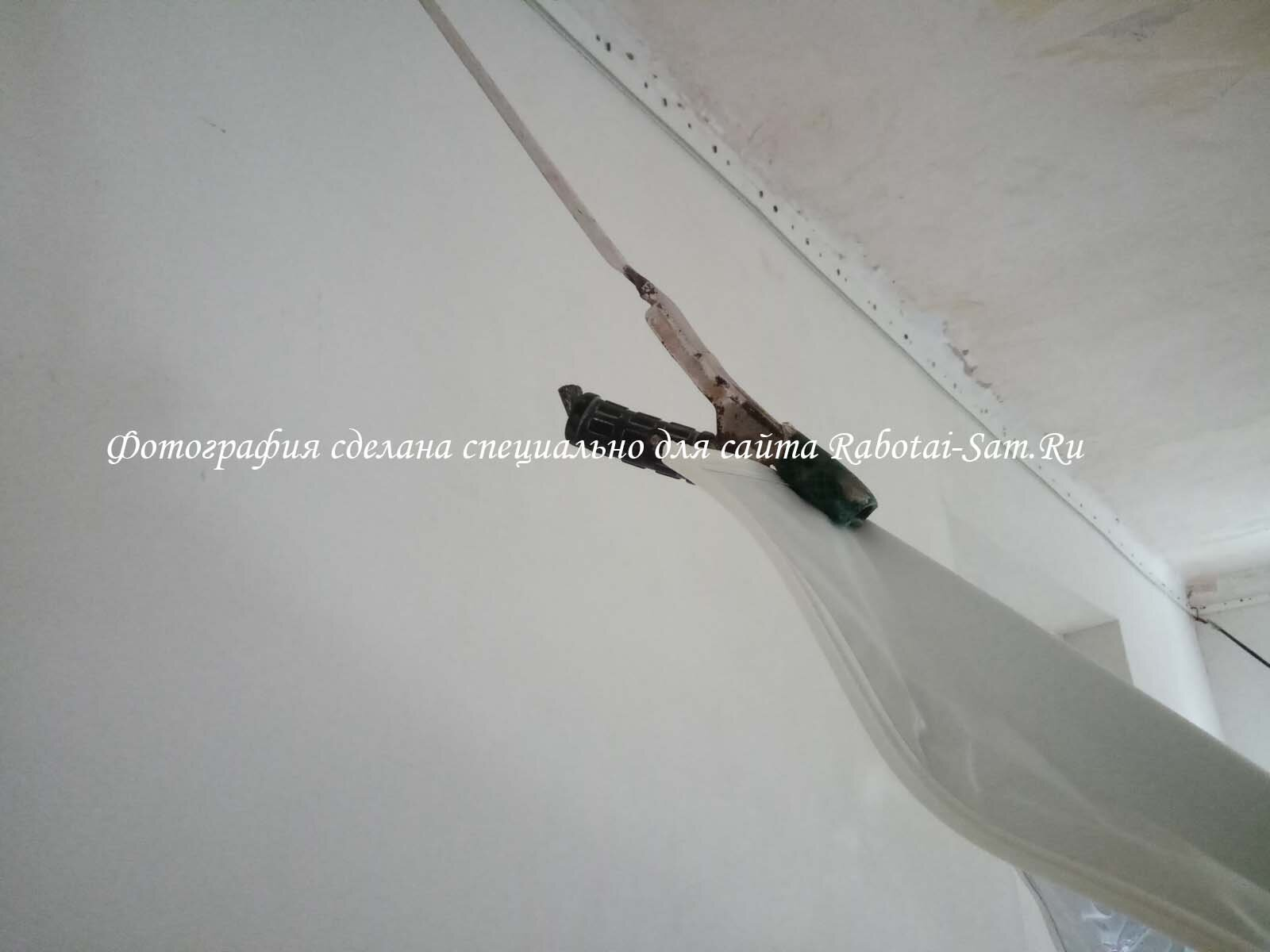Процес монтажа натяжного потолка в зале частного дома
