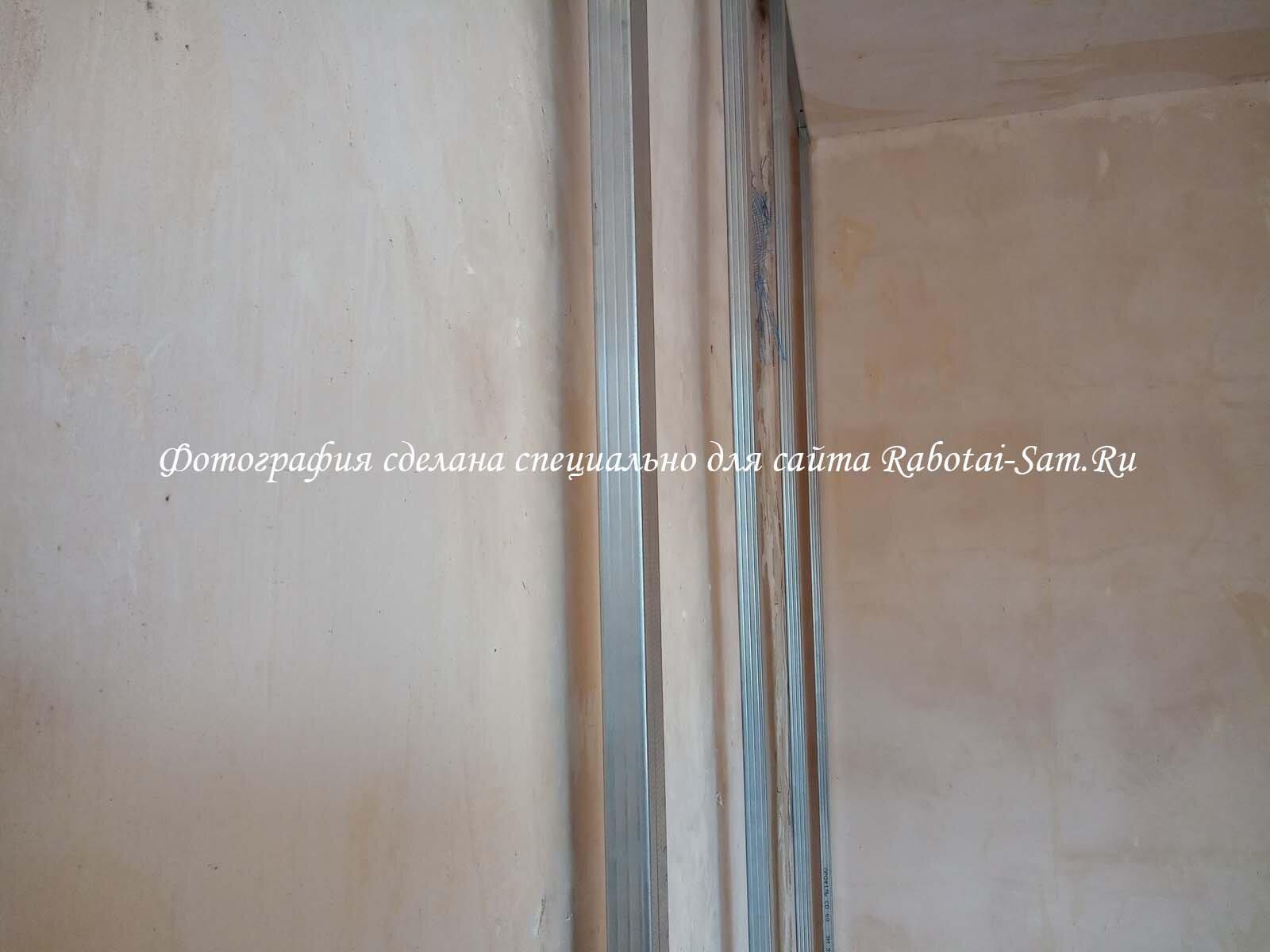 Каркас для выравнивания стены гипсокартоном в зале