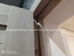 Установленный боковой наличник на двери