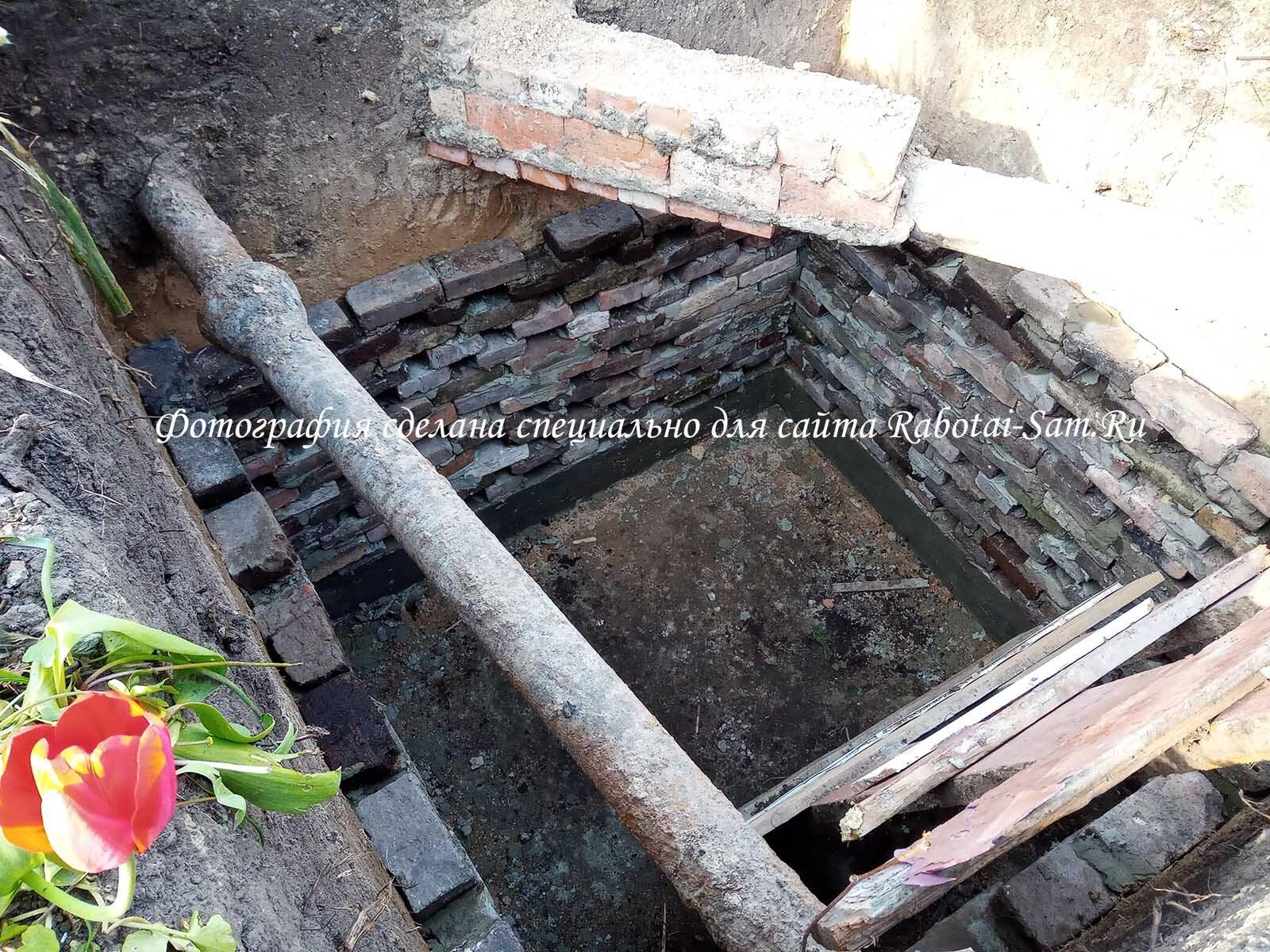 Выкладываем яму по периметру кирпичами с зазорами