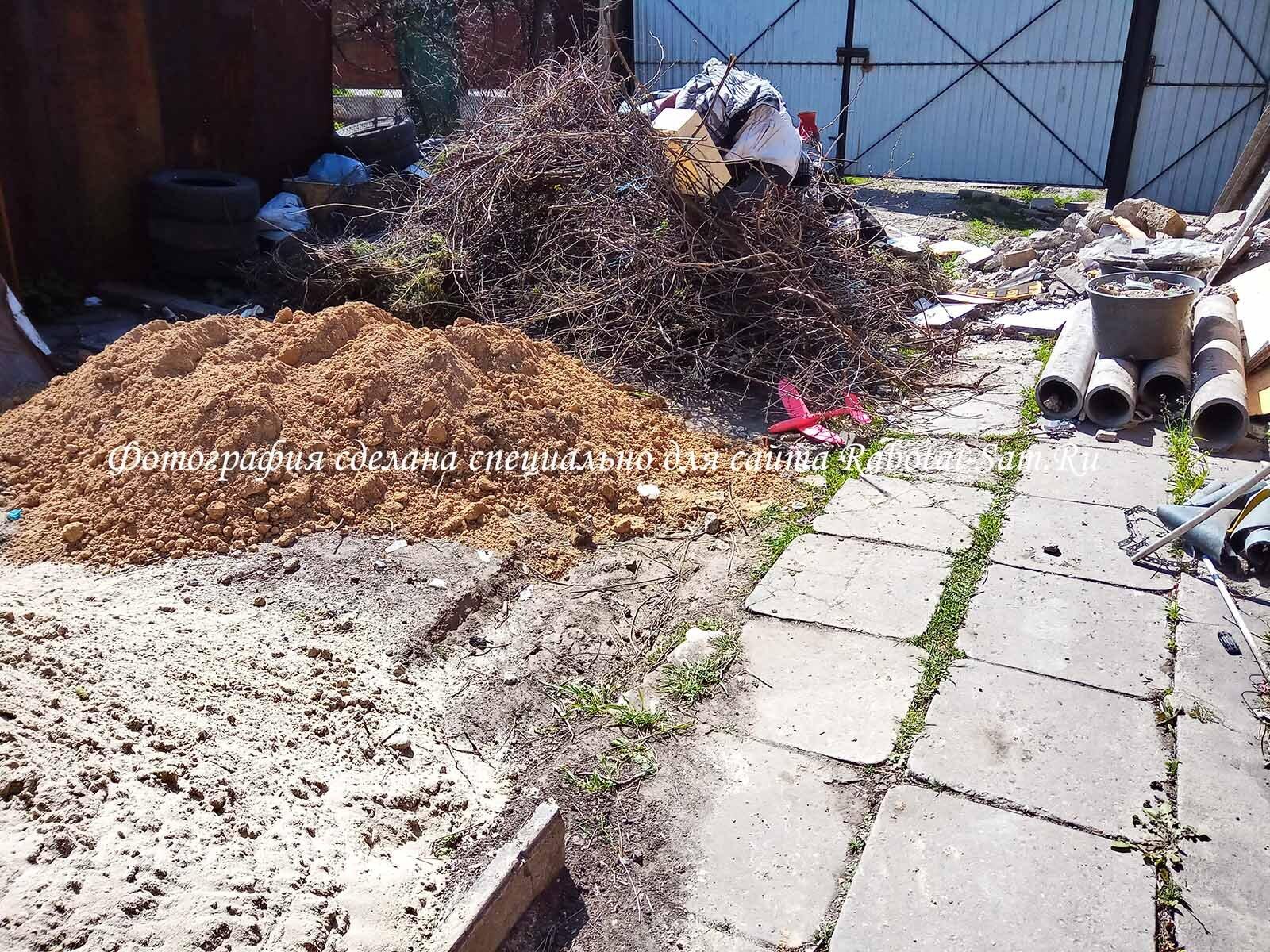 Откидываем землю со сливной ямы подальше