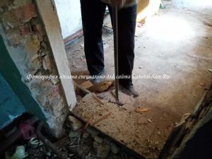 Демонтаж старого деревянного пола в кухне