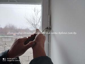 Демонтаж петель створок старого окна в доме