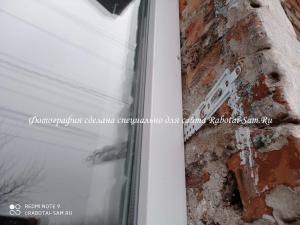Металлопластиковое окна устанавливаем и крепим специальными фиксирующими пластинами